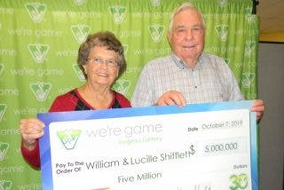 Casi tira a la basura un billete de lotería con un premio de 5 millones de dólares