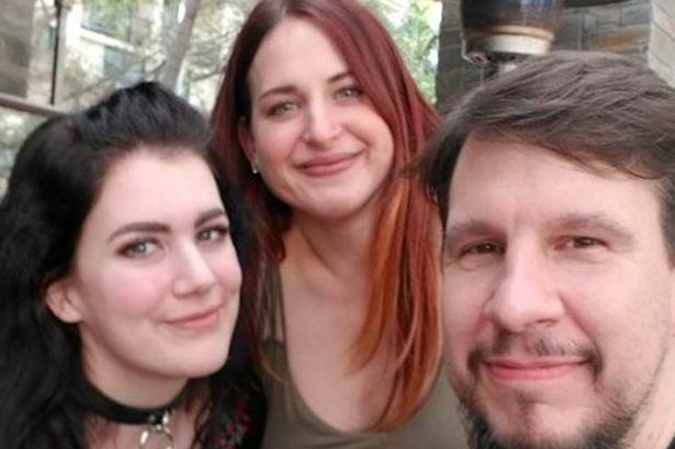 Una 'poliamor' de 18 años viaja 500 millas para perder la virginidad con un hombre 24 años más viejo y su novia