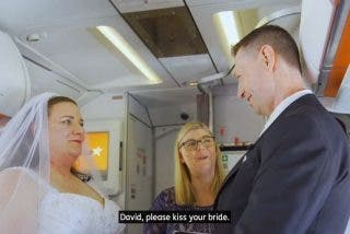 Contraen matrimonio en un avión por un motivo muy romántico y 'friki'
