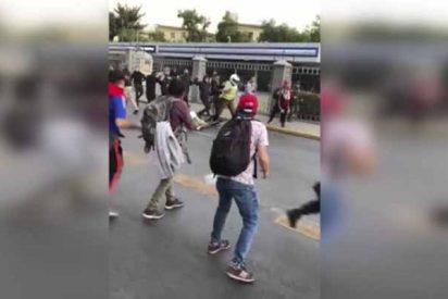 Vídeo: El rastrero ataque de una muchedumbre comunista a dos policías de Chile