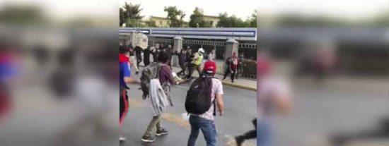 Vídeo: El brutal ataque de una horda de manifestantes chilenos a dos policías