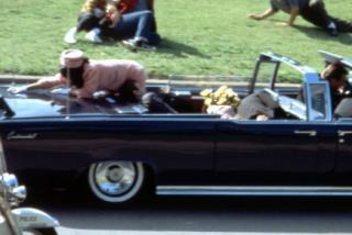 EEUU mantendrá 'bajo llave', hasta el año 2103, el traje rosa que llevó Jackie Kennedy el día del asesinato de JFK