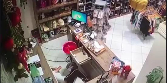 Vídeo: Un delincuente dispara a quemarropa en el rostro de una vendedora en Brasil [imágenes muy sensibles]