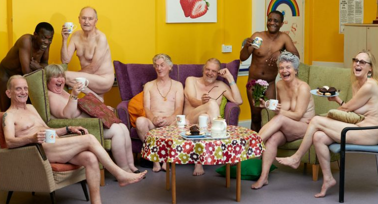 """Pensionistas se desnudan y posan para un calendario contra """"los estigmas sobre la vejez"""""""