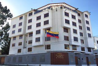 Los bolivianos no quieren ver ni la sombra de dictadores: Intentan tomar la Embajada de Venezuela para sacar a los representantes de Nicolás Maduro