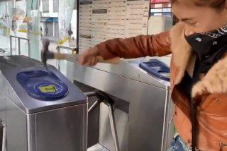 Vídeo: Descerebrada influencer colombiana se graba destruyendo el Transmilenio y termina en prisión