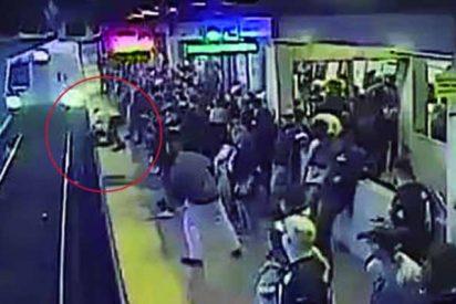 'Por los pelos': Un hombre se salva de ser arrollado por un tren en el último segundo