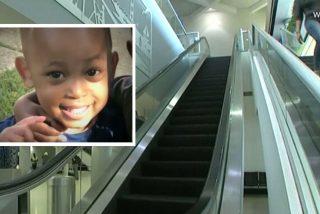 """Muere un niño tras caer de unas escalera mecánica de un aeropuerto y la policía acusa por """"abuso infantil"""""""