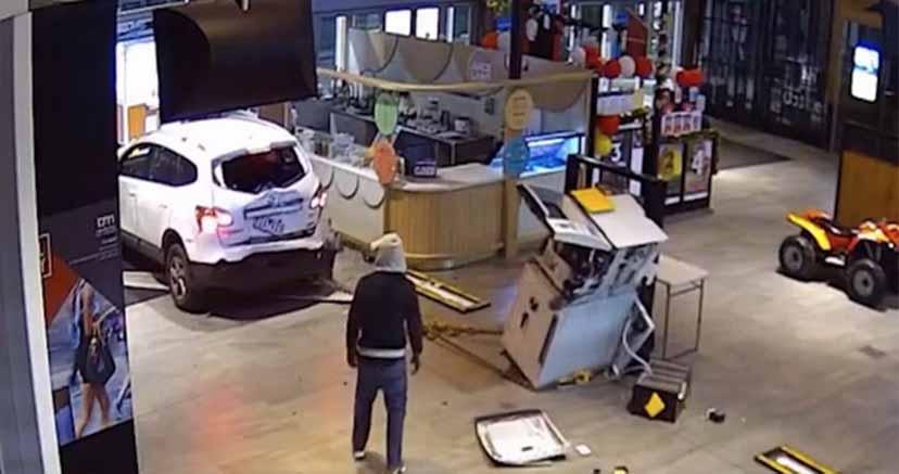 Ladrones pardillos: quisieron robar un cajero, pero destruyeron un auto y huyeron sin el botín