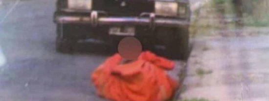 La apuñalan 21 veces, la arrastran y la encuentran muerta en la calle en una sábana roja