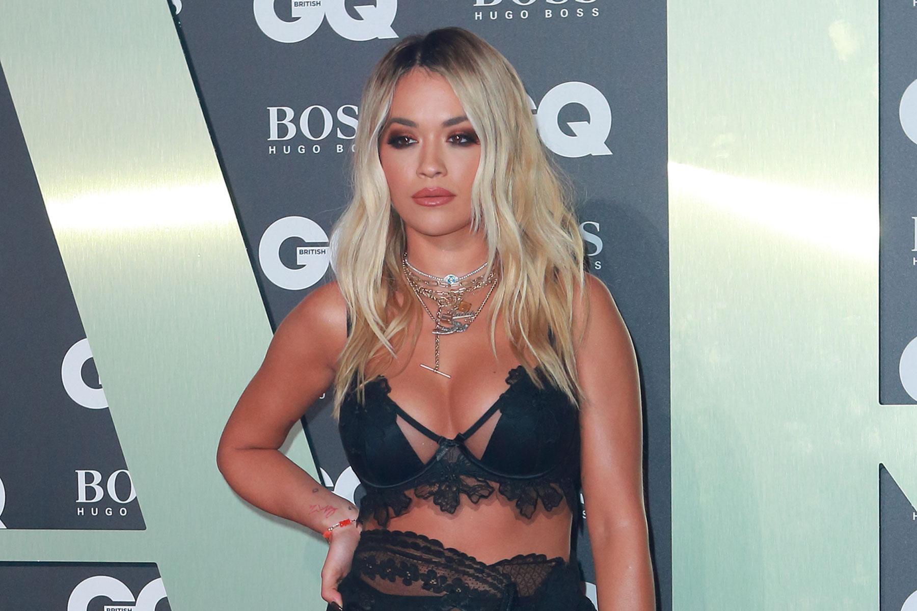 La cantante Rita Ora olvida el sujetador y las cámaras no le perdonan