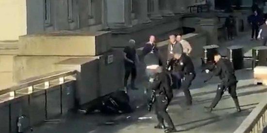 Ataque terrorista en Londres: Tras haber acuchillado a varias personas, policías tirotean al sospechoso delante de todos