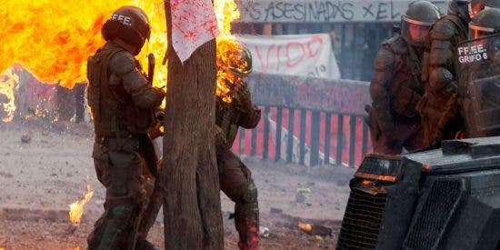 Vídeo: Queman a dos mujeres policías en Chile con bombas molotov