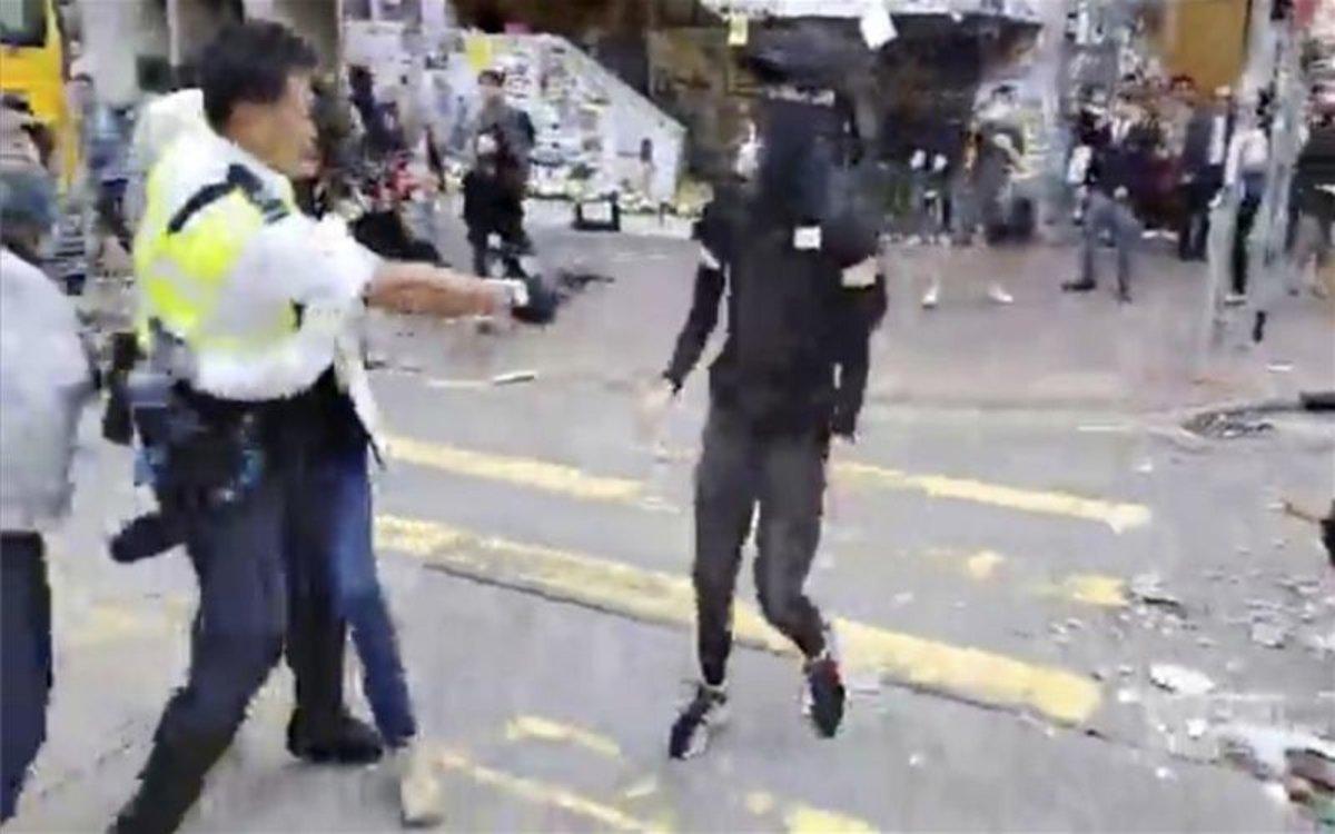 Vídeo: El instante cuando un policía de Hong Kong dispara a quemarropa a dos manifestantes