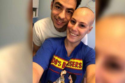 La increíble sorpresa de un joven en la última sesión de quimio de su amor de la infancia