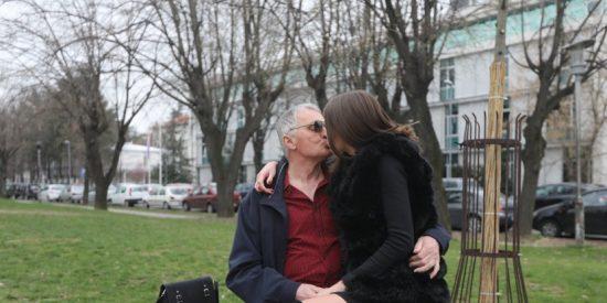 Pensionado se indigna por encontrar a su 'novia' de 21 años en la ducha con otro abuelito