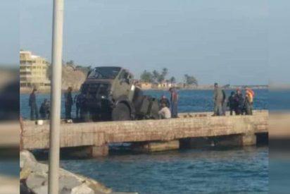 Nuevo ridículo del ejército chavista: Hunden un camión en un muelle recientemente reparado