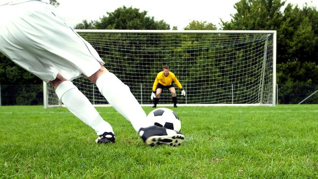 ¿El peor penalti de la historia?: Falla el gol y estalla todo el estadio en carcajadas