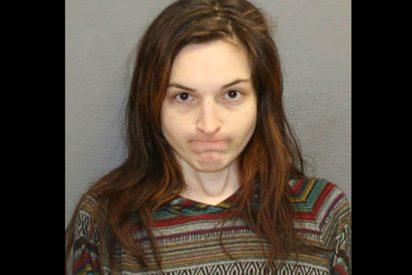 Una joven amenaza con un machete a su exnovio y lo viola en su propia cama