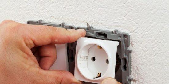 Vídeo: Intenta reparar un enchufe averiado, pero era una caja fuerte oculta
