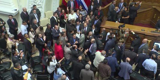 Vídeo: El valiente Javier Maroto (PP) monta una buena trifulca cargando contra Maduro en la mismísima Asamblea Nacional de Venezuela