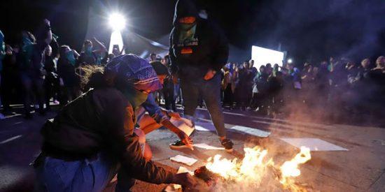 Al mejor estilo nazi: Las feministas mexicanas queman libros en una feria internacional de la literatura