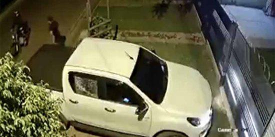 """[Vídeo impactante] Dos sicarios acribillan a un exjuez en la puerta de su casa en """"la capital de la marihuana"""""""