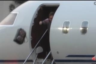 El icónico Elton John arrojó un bolso de 4.000 dólares desde su avión tras aterrizar a Australia