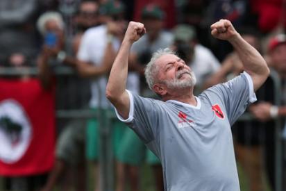 Lula da Silva celebra su libertad 'a lo Maradona'