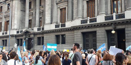 """El vídeo que Monedero no quiere que veas: los argentinos gritan """"fuera Evo"""" a las puertas del Congreso"""