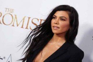Rojo, muy corto, de latex y sin sujetador: El más que atrevido atuendo de Kourtney Kardashian