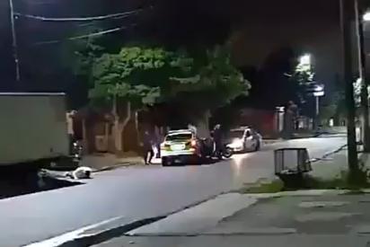 Vídeo: Un fugitivo vuela por los aires cuando su moto impacta contra una patrulla en Argentina