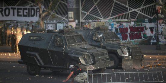 Chile: El instante cuando un vehículo de Carabineros embiste cruelmente a un manifestante