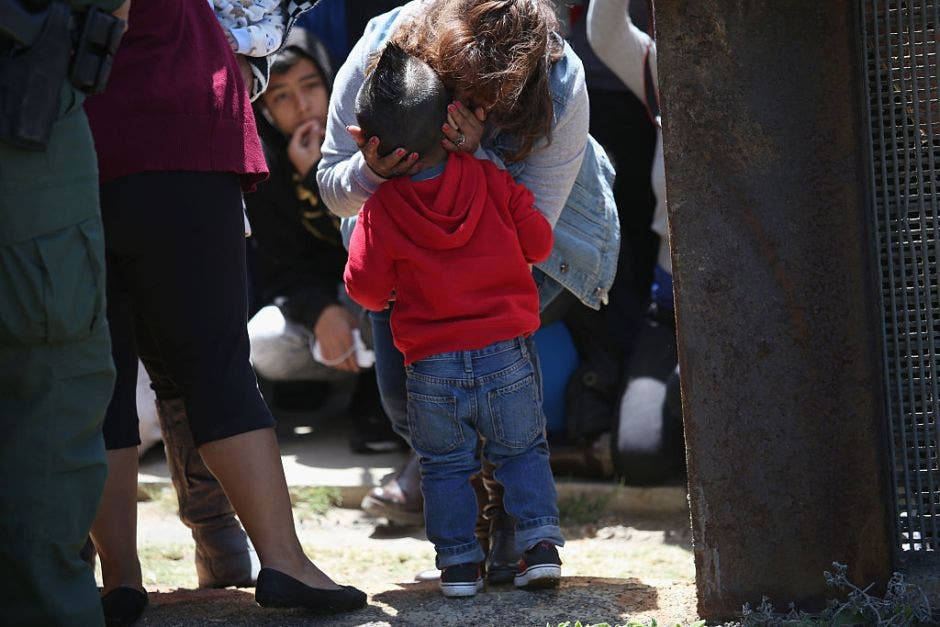 Un niño le dispara a su madre en el parking de un centro comercial
