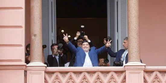 """El 'show' de Maradona en el palco presidencial de Argentina: """"Macri vete a Tailandia"""""""