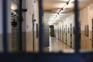 Unos pervertidos guardias de prisión desnudan a una niña que solo visitaba a su padre