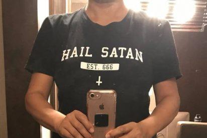 Una aerolínea prohíbe a una pasajera subir al avión por una polémica camiseta satánica